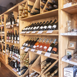 Agencement caviste étagère à vin en bois massif